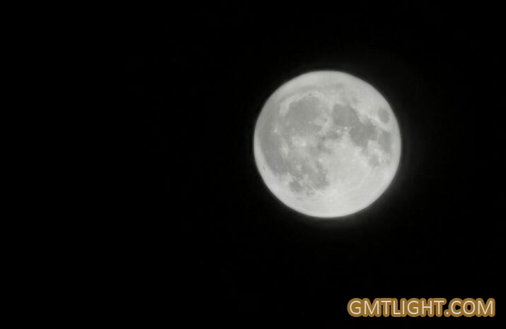 I take pictures of the full moon of the Mid-Autumn Festival.
