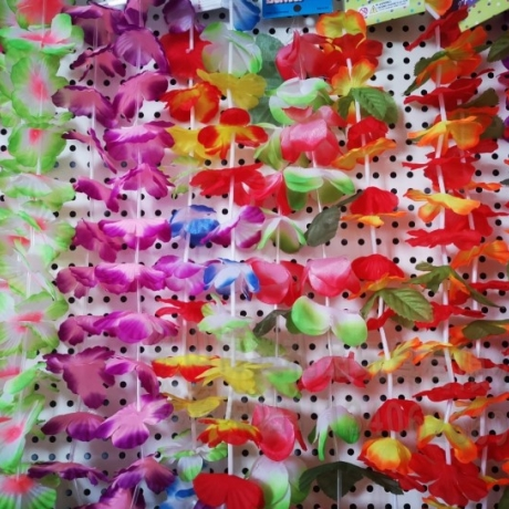 The factory directly supplies the flower pieces for making Hawaiian wreaths
